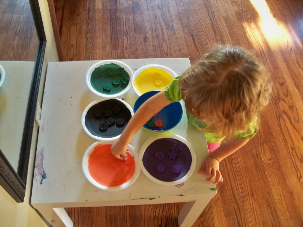 Montessori activities for toddlers: matching colours (plates/buttons)